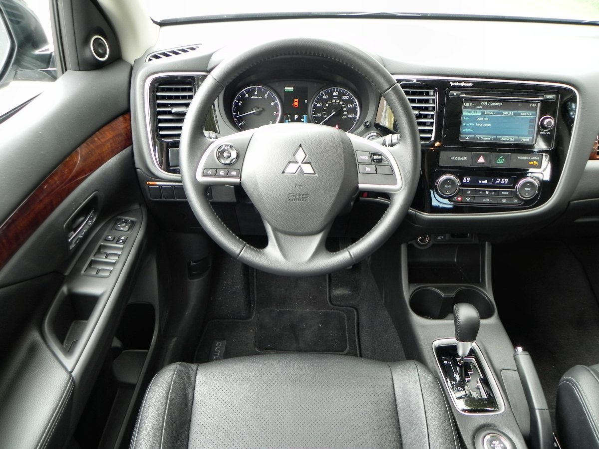 mitsubishi outlander  perfectly middle   road aaron  autos