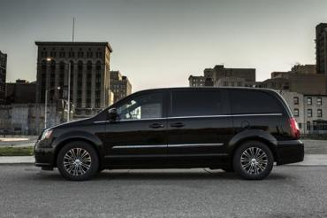 Chrysler unveils Town & Country S before LA Show