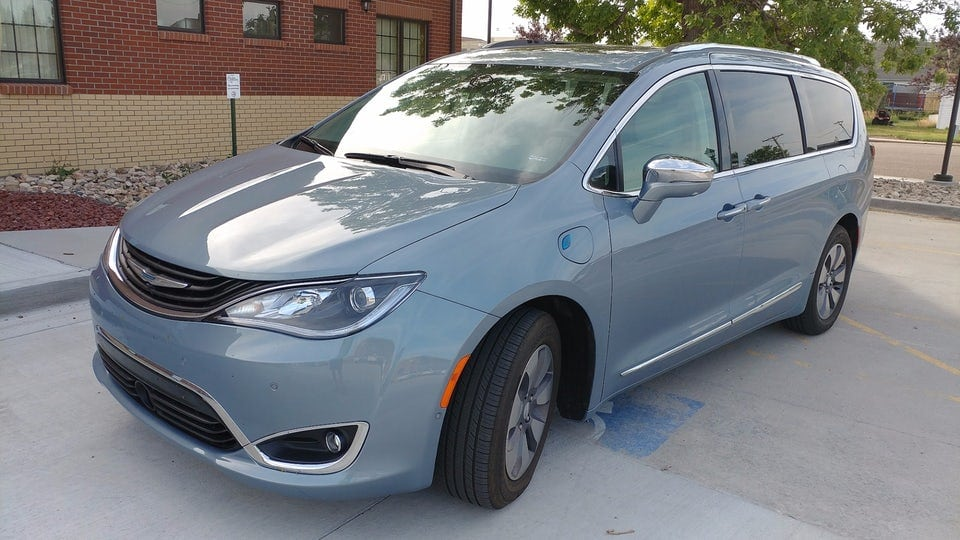 Review: 2017 Chrysler Pacifica Hybrid is plug-in goodness for the whole family